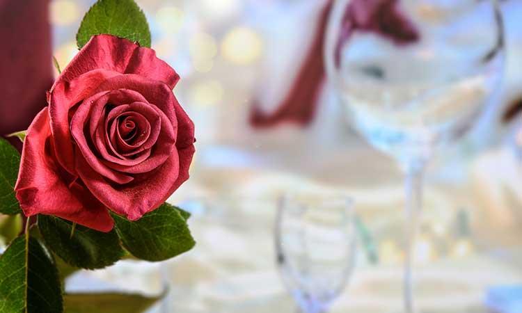 cena con velas, citas para parejas en casa