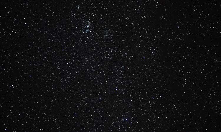 mirando las estrellas en pareja por la noche