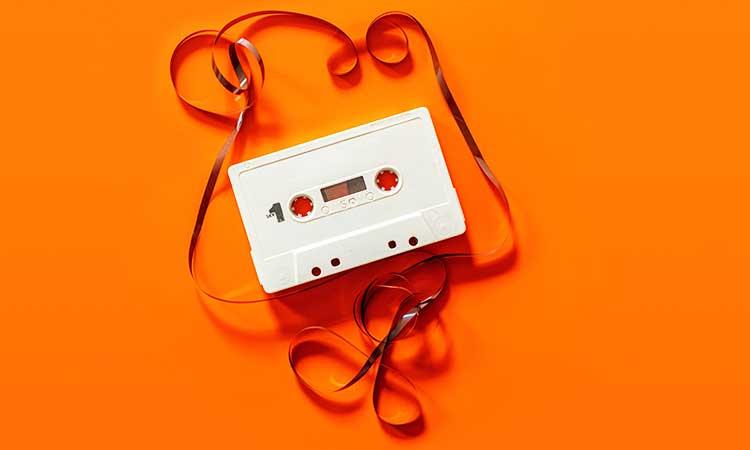 una noche de lema, cassette viejo sobre fondo naranja
