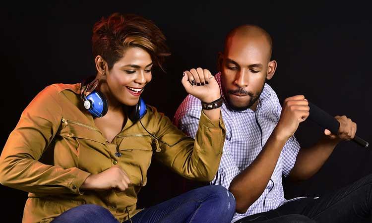 escuchar a musica en pareja