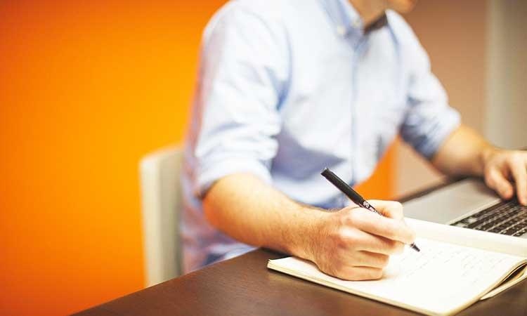 hombre en escritorio, trabajando en casa