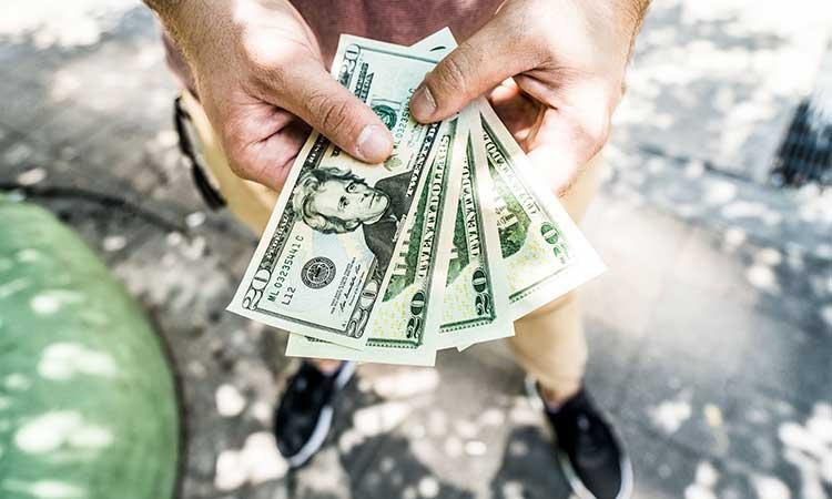 Dólar en efectivo en la mano, finanzas