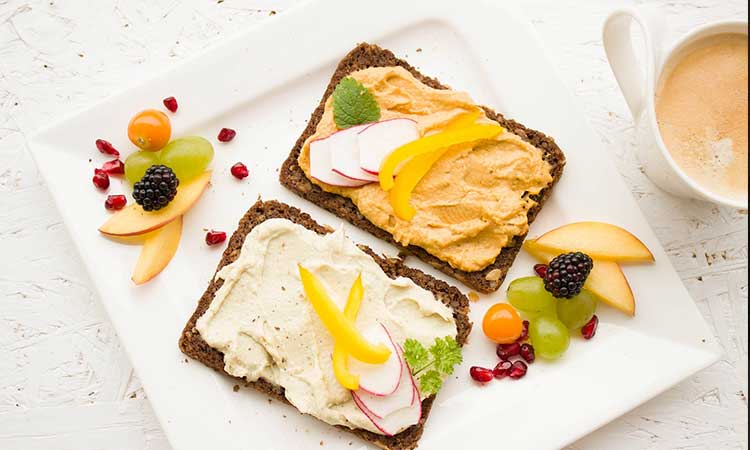 Alimentación saludable, bocadillos con queso fresco y frutas