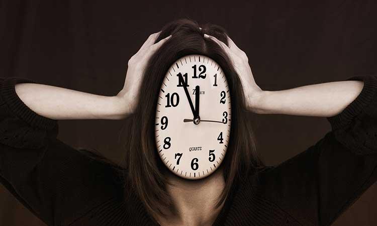 Mujer con reloj de cabeza