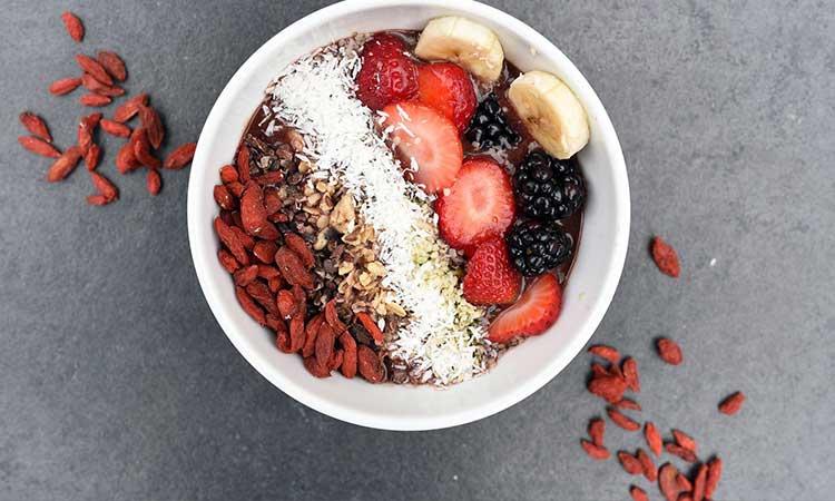 desayuno saludable, tazón de cereal con frutas y bayas