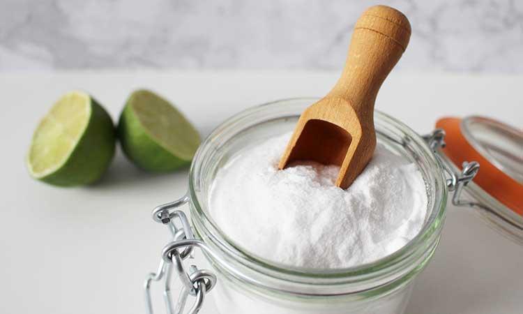 Descalcifique el hervidor con bicarbonato de sodio, bicarbonato de sodio con limón en el fondo