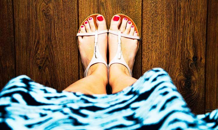 Traje favorito, vestido y uñas de los pies pintadas de rojo