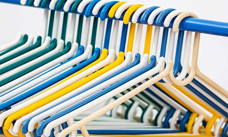 perchas de colores en una varilla azul