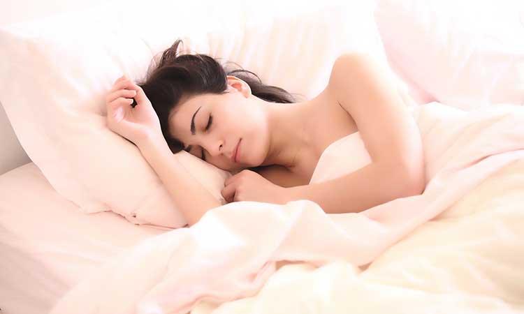 Duerme, mujer dormida en la cama