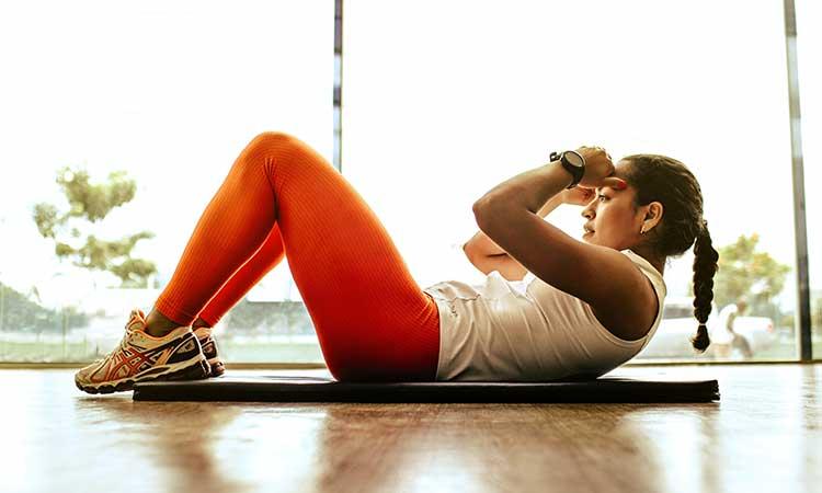 Homeworkout, Frau auf Yoga Matte