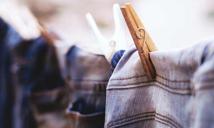 Jeans trocknen Wäscheklammer