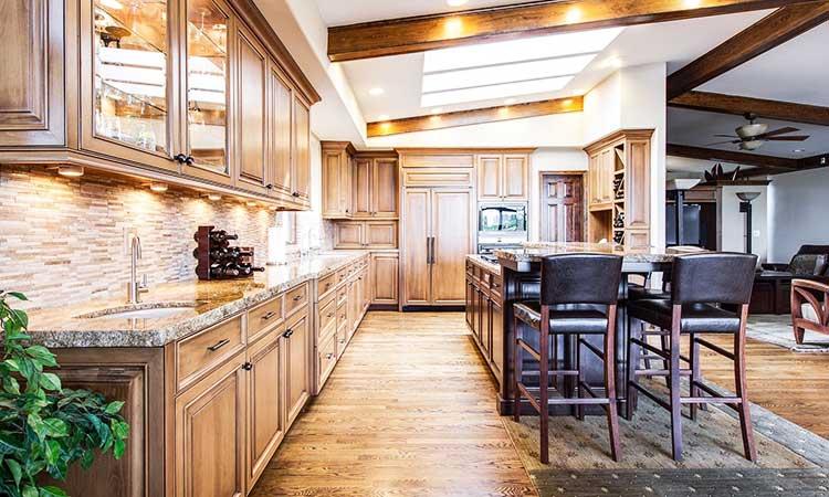 Holzküche, natürliche Farben