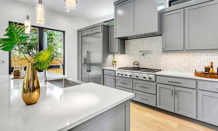 Klassisch graue Küche, einfarbig