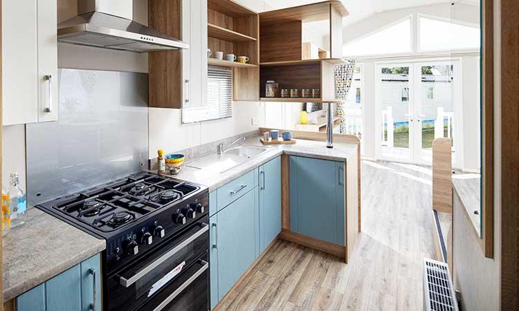 Küche, pastellfarben und Holz kombiniert