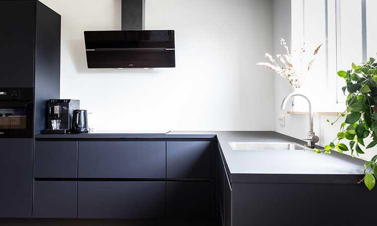 Schwarze Küche, viel Licht