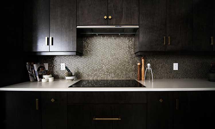Küche aus schwarzem Holz