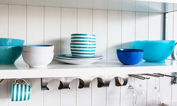 blaue Schüsseln in weißer Küche