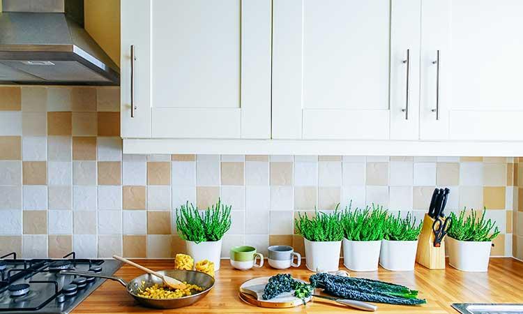 Weiße Küche mit cremefarbenden Fliesen
