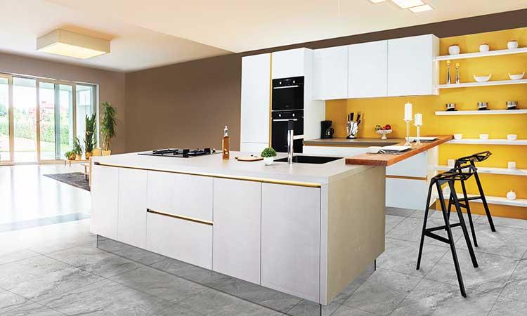 Weiße Küche mit gelber Wandfarbe